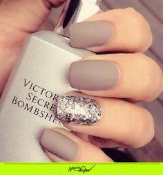 Luce elegante y a la moda con este color en tus uñas. ;)