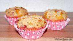 Gefüllte Erdbeere-Rhabarber Muffins mit Zimtstreuseln