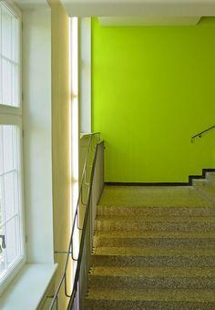Hängele Treppenhaus moderner aufzug mit integrierter leuchtsäule sowie großes und