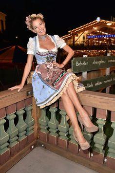 Dirndl-Zeit! Deswegen findet der Look des Tages ab sofort in Tracht und Lederhosen statt. Hier: Giulia Siegel in Lola Paltinger.