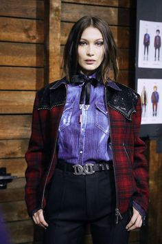 Bella Hadid Photos - Bella Hadid is seen backstage ahead of the Dsquared2 show during Milan Men's Fashion Week Fall/Winter 2018/19 on January 14, 2018 in Milan, Italy. - Dsquared2 - Backstage - Milan Men's Fashion Week Fall/Winter 2018/19