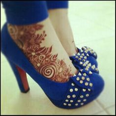 Love, love, love the Henna and the shoes! And the pair together is perfection! Leg Henna, Henna Tattoo Hand, Henna Tattoo Designs, Mehandi Designs, Henna Feet, Henna Tattoos, Mehendi, Henna Mehndi, Mehndi Art