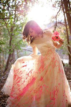 Ensaio Trash the Dress: Sujar o vestido de tinta pode ajudar você a se libertar de todo o estresse do planejamento do grande dia. Colocar esta ocasião no passado e curtir o que vem pela frente fica mais divertido quando encaramos as coisas brincando! ;)