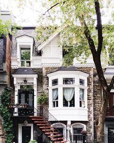 Three story townhouse with a big bay window, brick accents, and stairs up to the front door. Home house design inspiration. White house with dark front door, steps, guest entryway. Pretty front porch and entryway design. new england house The way they di Style At Home, House Ideas, Entry Way Design, New England Homes, New England Style, New England Decor, Cute House, Dream House Exterior, House Exteriors