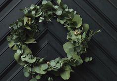 Byd julens gæster velkommen med en smuk dørkrans af eukalyptusgrene og søde juleklokker. Se hvordan du laver den her!