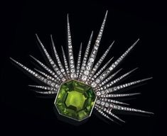 J Chaumet, Peridot and diamond brooch: rosé gold 580 and silver, old-cut diamonds, diamond rhombs, total weight ca. 1,80 ct, 1 peridot ca. 47 ct, workmanship late 19th cent., 32,8 g, brooch element detachable, with case