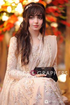 A Guide To Bridesmaids Dresses Bridal Mehndi Dresses, Pakistani Wedding Dresses, Stylish Girl Images, Stylish Girl Pic, Lovely Dresses, Stylish Dresses, Indian Frocks, Cute Beauty, Beautiful Hijab