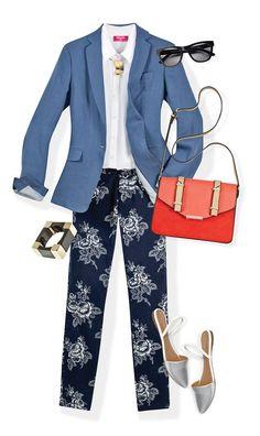 Presume tu bronceado con una camisa y un blazer de material fresco, como el lino. Combínalo con pantalones estampados y accesorios coloridos.