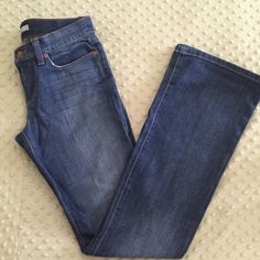 """JOE's JEANS """"The Socialite"""" Classic Style L34! NWT Label-Joe's Jeans Style-The socialite.  See the placard on jeans. Length/Inseam is 34 inches  Size-27 Color-Medium Broken in Wash  Fabric-98% Cotton, 2% Spandex  Condition-New With Tags Origin-Designed in LA, made in Mexico. Joe's Jeans Jeans Boyfriend"""