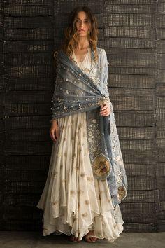 This is Indian fashion, but I like the boho look of it Pakistani Dresses, Indian Dresses, Indian Outfits, Pakistani Bridal, Indian Clothes, Boho Outfits, Look Fashion, Indian Fashion, Trendy Fashion