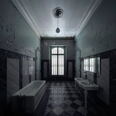 Bathroom in an abandoned mansion, by Le Luxographe