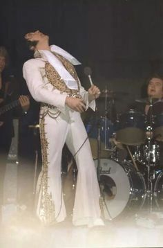 "( 2015 IN MEMORY OF † ELVIS AARON PRESLEY ""Last concert, Sunday, June 26, 1977 - Indianapolis."" >† ♪♫♪♪ Elvis Aaron Presley - Tuesday, January 08, 1935 - 5' 11¾"" - Tupelo, Mississippi, U.S. Died; Tuesday, August 16, 1977 (aged of 42) Memphis, Tennessee, U.S. Resting place Graceland, Memphis, Tennessee, U.S. Education. L.C. Humes High School Occupation Singer, actor Home town	Memphis, Tennessee, USA. Cause of death: (cardiac arrhythmia)."