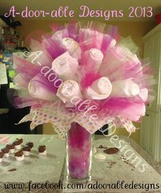 Cheap and Easy Baby Shower Gifts on a Budget - Diaper Cakes Baby Shower Crafts, Baby Shower Favors, Shower Party, Baby Shower Parties, Baby Shower Themes, Shower Gifts, Shower Ideas, Diaper Bouquet, Baby Bouquet