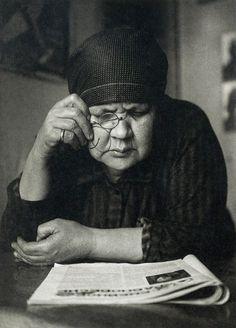 © Foto de Alexander Rodchenko. Portrait of mother, 1924.