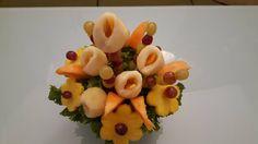 bouquet di frutta, calle di pera e melone, fiori di ananas con pistillo d'uva