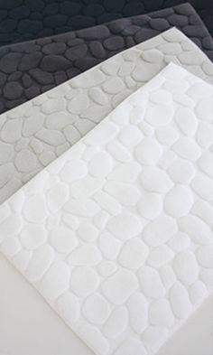 テキスタイルデザイナー、鈴木マサルさんがデザインするOTTAIPNU(オッタイピヌ)のISHIKOROとKOISHIというユニークな名前のバスマット。玉石の上を歩いて行く心地よい感覚を大切にしたというバスマットは、寂しくなりがちなバスルームの床を楽しく演出してくれます。