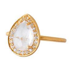 Smuk ring med facetslebet hvid topas omkranset af små hvid topas ædelsten