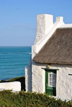 Interesting places to visit in South Africa. Arniston is a small seaside settlement in the Overberg region on the Cape South coast, close to Cape Agulhas, the southernmost tip of Africa. Fishermans Cottage, African House, Cape Dutch, Dutch House, Cape Town South Africa, Beautiful Places In The World, Architecture Details, Beach Cottages, Beach Houses
