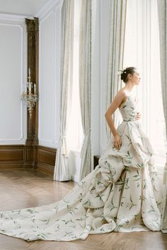 Monique Lhuillier Fall 2021 Collection will be showcased at L'elite Bridal from Jan 15th until Jan 17th. To book your appointment please call the store at 617.424.1010 ext 4. #moniquelhuillierbridal #moniquelhuillier #bridalcollection #bridal #bridetobe# weddinggown #weddingdress #moniquelhuilliertrunkshow #trunkshow #bridalboutique #boston #newbury #inspiration #dreamdress #bridetobe #bride Bridal Gowns, Wedding Gowns, Monique Lhuillier Bridal, Monique Lhuillier Dresses, Vintage Inspired Wedding Dresses, Look Chic, Bridal Boutique, Bridal Collection, Bridal Style