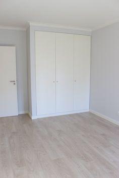 Telheiras House: Quartos modernos por Catarina Batista Studio Tall Cabinet Storage, Tile Floor, Garage Doors, House, Flooring, Outdoor Decor, Furniture, Home Decor, Design Ideas