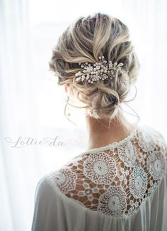 This lovely boho wire hair vine hair comb is a lovely finishing touch for the boho chic bride. A cluster of off-white acrylic pearls, clear crystal sprays are accented with two metal leaves, two acrylic white flowers, a crystal encrusted flower and small brushed metal flower set on a 1 metal comb. Measuring approx. 4x 2. Perfect for bridesmaids! Discounts available on 3+ Please contact me.  This is a shorter version of the top selling hair vine wreath ZINNIA: http://etsy.me/2lY...