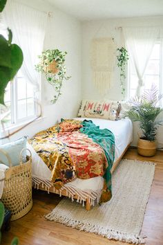 15 Bohemian Bedrooms With Free Spirit Vibes - Bohemian bedrooms are perfect for free-spirits and world travellers. But what exactly does a Bohemian bedroom really look like? Natural materials, textures, neutral palettes, and pretty tribal prints. Ideas Decorar Habitacion, Bohemian Bedroom Decor, Bohemian Room, Bohemian Style Bedrooms, Bohemian Apartment, Bohemian Design, Bohemian Living, Bedroom Styles, Bedroom Ideas