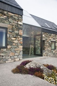Architecture moderne Stone and glass as contrasting building materials to marry in modern architecture - Maison 2018 Architecture Design, Facade Design, Exterior Design, House Design, Stone Exterior, Pavilion Architecture, Baroque Architecture, Chinese Architecture, Architecture Office