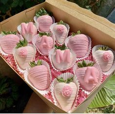 Mothers Day Chocolates, Mothers Day Desserts, Hot Chocolate Gifts, Chocolate Hearts, Chocolate Covered Treats, Chocolate Dipped Strawberries, Strawberry Recipes, Pretty Cakes, Candy Bouquet