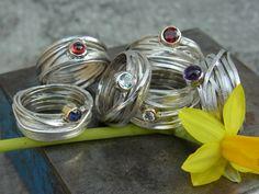 Da sich unsere Wickelringe großer Beliebtheit erfreuen, haben wir beschlossen sie für diesen Frühling mal mit ein Paar Edelsteinen in frischen Farben zu kombinieren. Nach wie vor wird jeder Ring...