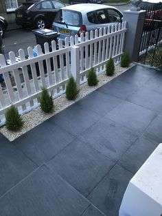Tiled front garden, white picket fence, terraced house – Home decoration ideas and garde ideas Front Garden Ideas Driveway, Front Yard Fence, Fence Ideas, Driveway Fence, Walkway, White Picket Fence, White Garden Fence, Picket Fence Gate, Garden Fences
