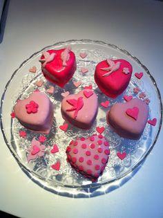 cupcakes en forme de coeur décorés en pâte à sucre pour la saint valentin