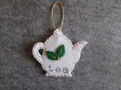 Ornamento in feltro con teiera e dettagli dorati; Decoro per Albero di Natale, Creazione fatta a mano; Regalo di Natale. di TinyFeltHeart su Etsy