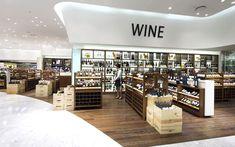 Carlos: Interior de supermercado de lujo, con rotulos que indica la zona en la que estamos, bastante elegante