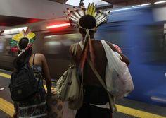 Casal de índios espera metrô no Rio de Janeiro, duranet o Rio+20.