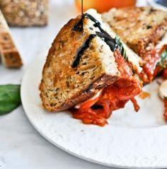 Sanduíche grelhado e com tomates assados