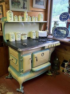 amazing vintage kitchen stove (found at an antique shop in Northwood, NH) Cuisinières Vintage, Vintage Decor, Vintage Furniture, Old Kitchen, Vintage Kitchen, Kitchen Decor, Cuisinières Antiques, Alter Herd, Old Stove