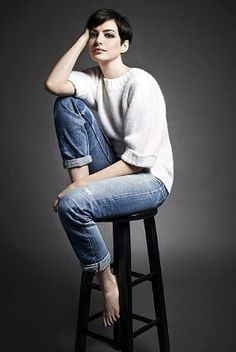 anne hathaway outfits best outfits - Page 38 of 100 - Celebrity Style and Fashion Trends Portrait Poses, Studio Portraits, Female Portrait, Anne Hathaway Style, Anne Hathaway Pixie, Anne Jacqueline Hathaway, Poses References, Business Portrait, Photo Poses