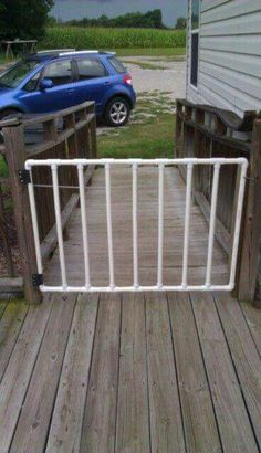Pet gate made of PVC pipe. Use black pvc Pvc Pipe Crafts, Pvc Pipe Projects, Outdoor Projects, Home Projects, Projects To Try, Pvc Furniture, Do It Yourself Furniture, Pet Gate, Dog Bed