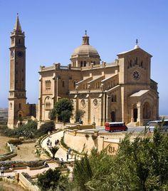 Viagens Europa. Ta Pinu Basilica na pequena ilha de Gozo. Tours Malta.