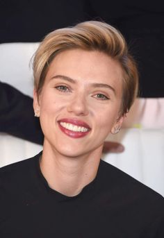 Scarlett Johansson, coupe courte garçonne naturelleNEW YORK, NY - JUNE 10: Actress Scarlett Johansson attends the