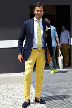 Yellow pants with blue Mens Fashion Wear, Gents Fashion, Mens Fashion Blog, Suit Fashion, Outfit Hombre Formal, Outfits Hombre, Mens Style Guide, Men Style Tips, Mens Yellow Pants