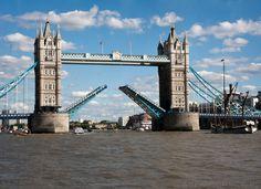 Tower Bridge - Podobno tylko dwa razy w miesiącu się podnosi (2013-08-11)
