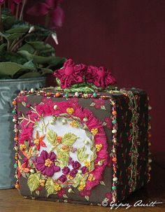 Créations broderies au ruban de soie et traditionnelle. Sacs et trousses, boîtes rigides sur Jeffitex, panneaux à suspendre... Le Monde de Gipsy!