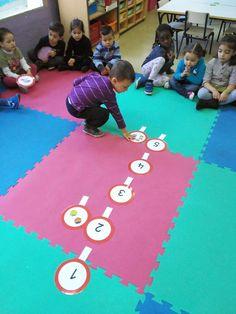 Todos los días cuando terminamos de darnos los buenos días, pasar lista y que el encargado sea el protagonista de una serie de actividades, ... Math Games, Activities For Kids, Number Crafts, Preschool Math, Acting, Classroom, Kids Rugs, Education, Ideas