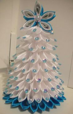 60 Absolutely Innovative Artificial Christmas Tree Ideas That Make a Mark in Home Decor The artificial Christmas tree would make a statement centerpiece for your home. Check our collection to find out which tree would look best in your house. Types Of Christmas Trees, Christmas Tree Crafts, Christmas Projects, Christmas Tree Decorations, Holiday Crafts, Christmas Wreaths, Christmas History, Christmas Yard, Yard Decorations