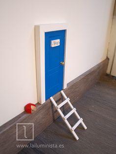 Puerta para el ratoncito Pérez de color azul con marco blanco y escalera. Le hemos dejado un apetecible quesito a Pérez en el rodapié para compensarle por su duro trabajo :)