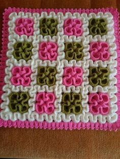 Squiggly/Wiggly Square This crochet pattern / tutorial is available for free. Puff Stitch Crochet, Crochet Diy, Crochet Home, Crochet Motif, Crochet For Kids, Crochet Flowers, Crochet Stitches, Wiggly Crochet Patterns, Crochet Rugs