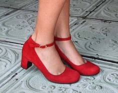 Red shoes, a girl can never have too many!  Chie Mihara :: Colección