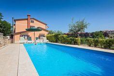 Parenzana  Vrijstaand driedelig vakantiehuis met volleybalveld 17 km van Porec  EUR 1178.83  Meer informatie  #vakantie http://vakantienaar.eu - http://facebook.com/vakantienaar.eu - https://start.me/p/VRobeo/vakantie-pagina