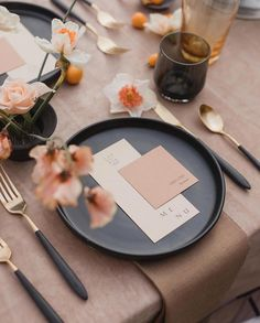 modern table decoration with a black plate and black and gold cutlery for a modern wedding table decoration, the florals and the table cloth are in this gorgeous beige and coral color Wedding Places, Wedding Menu, Wedding Reception, Wedding Foods, Wedding Bags, Wedding Ideas, Wedding Catering, Wedding Pictures, Gold Wedding